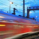 Un train de nuit rapide passe