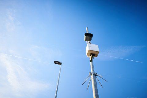 Roodlichtcamera's detecteren via nummerplaatherkenning bestuurders die rood licht negeren