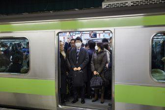 Reizigers in een trein in Tokio, foto: ANP