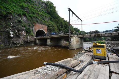 Voor herstellingen aan de brug van Louheau werd 750 hijscapaciteit gevraagd