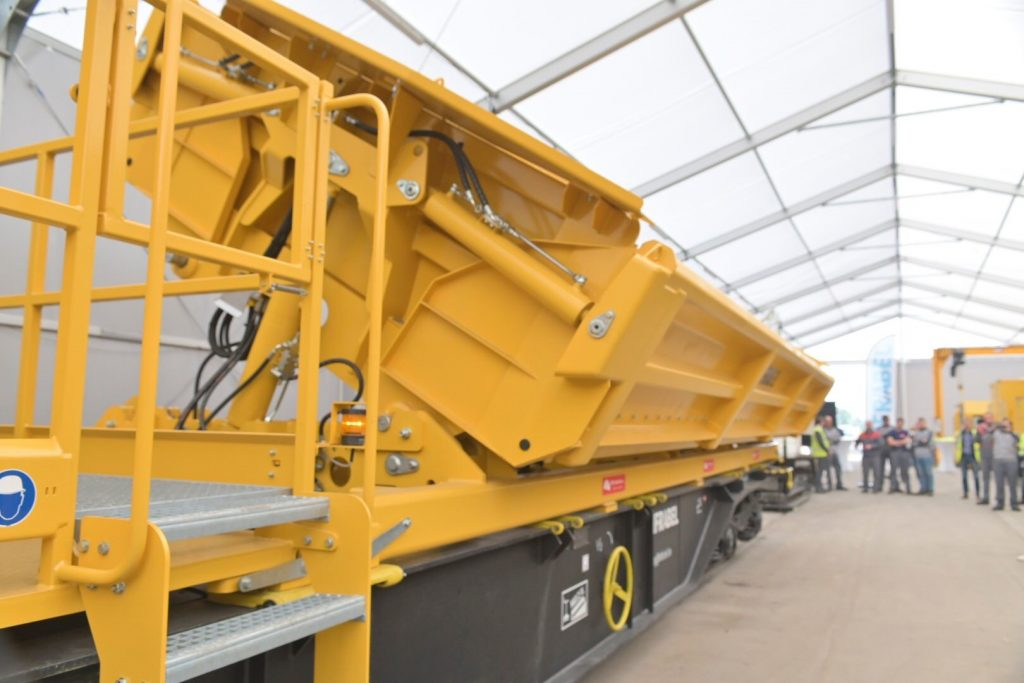 Loswagen kan 450 ton ballast vervoeren en lossen